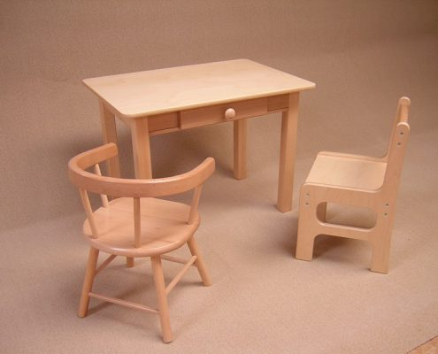 Houten kindertafel met stoeltjes