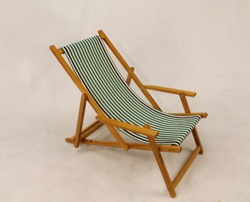 gebeitste houten strandstoel groen wit katoene loper